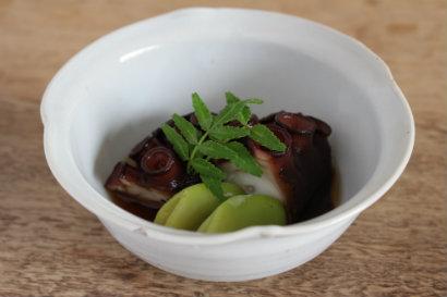 タコのやわらか煮(あしらい 茹でた空豆)