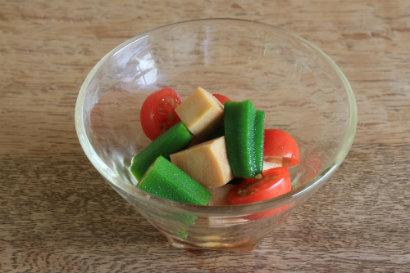 高野豆腐とオクラとミニトマトの和え物