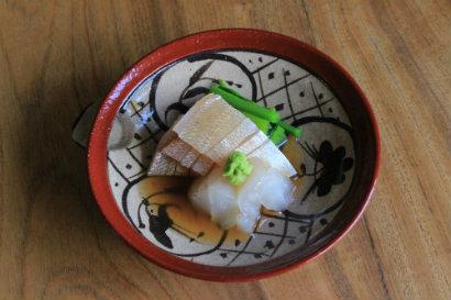 白身刺しの梅酢あんかけ(写真はこち・小鯛の湯引き、湯がいたつるむらさき)